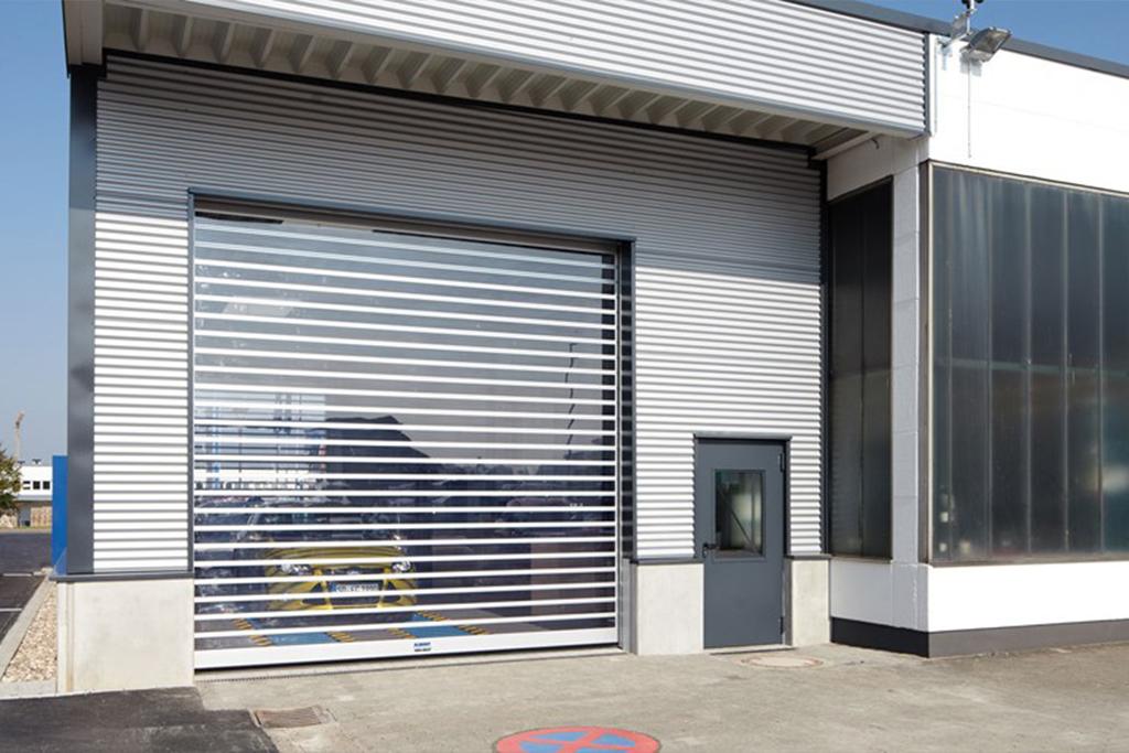 Bauer Schnelllauftor mit horizontalen Glassegmenten für Waschanlagen