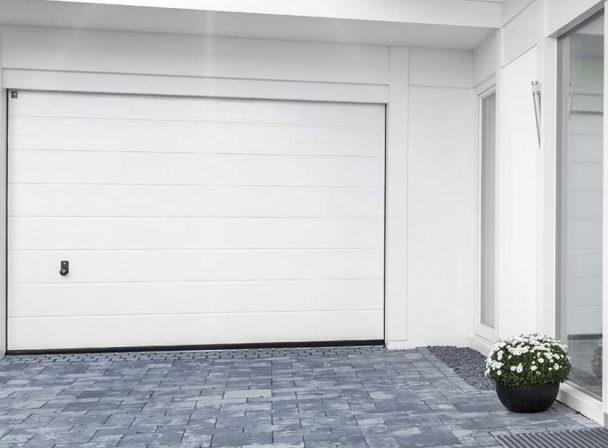 Garageneinfahrt mit Garagentor oder auch Schwingtor
